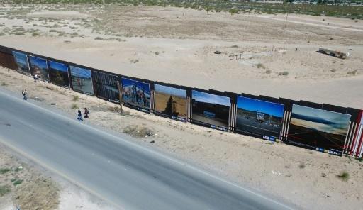 Vue aérienne d'une dizaine de photographies en grand format exposées sur le mur frontalier entre le Mexique et les Etats-Unis, à l'initiative de l'AFP, le 4 mai 2018 à Ciudad Juarez © Pedro PARDO AFP