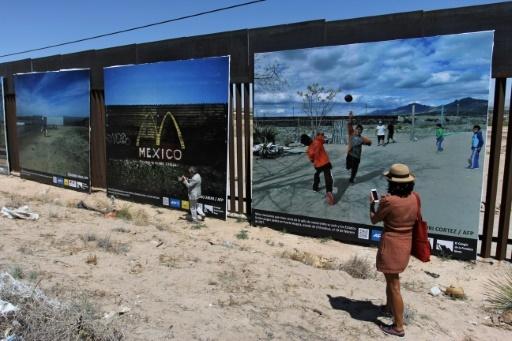 Des personnes assistent à l'inauguration d'une exposition photos sur la vie à la frontière entre le Mexique et les Etats-Unis, le 4 mai 2018 à Ciudad Juarez  © Herika MARTINEZ AFP