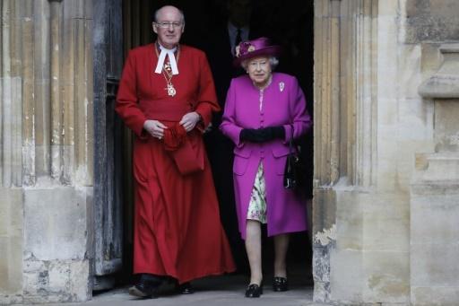 Le doyen de Windsor David Conner et la reine Elizabeth II, le 1er avril 2018 à la Chapelle Saint-George du château de Windsor © Tolga AKMEN POOL/AFP/Archives