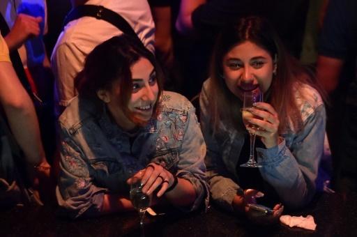 Des Arméniennes dans une discothèque d'Erevan le 4 mai 2018 © Sergei GAPON AFP