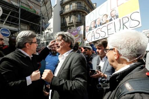 Le chef de La France insoumise Jean-Luc Mélenchon discute avec le député LFI Eric Coquerel le 5 mai 2018 à Paris © Francois GUILLOT AFP