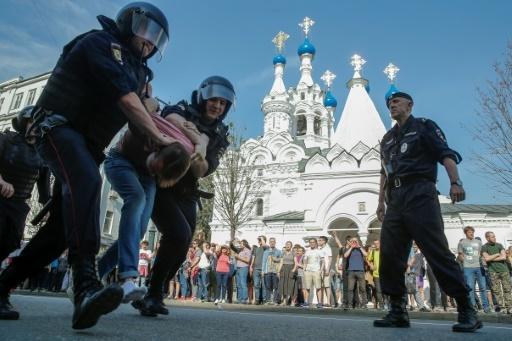 Un opposant interpellé lors d'une manifestation anti-Poutine à Moscou, le 5 mai 2018 © Maxim ZMEYEV AFP