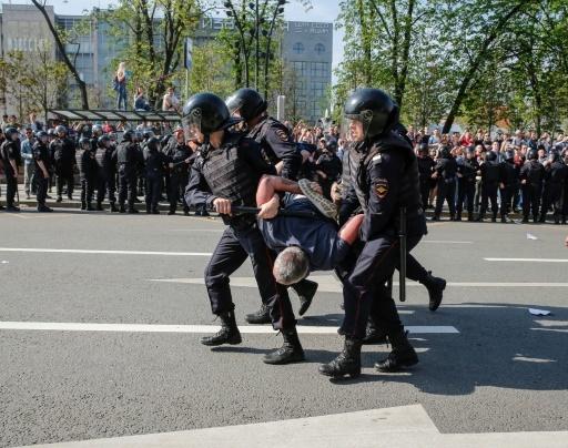 Un manifestant de l'opposition interpellé à MOscou, le 5 mai 2018 © Maxim ZMEYEV AFP