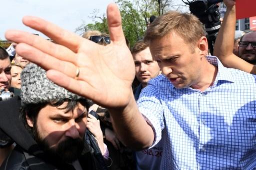 L'opposant Alexeï Navalny discute avec des militants pro-Poutine à Moscou, le 5 mai 2018 © Kirill KUDRYAVTSEV AFP