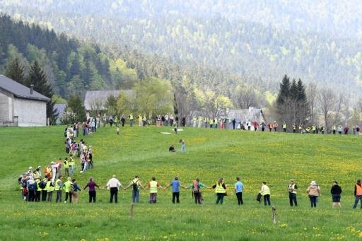 Chaîne humaine samedi dans le village d'Autrans (Isère) pour protester contre les compteurs communicants Linky, le 5 mai 2018   © JEAN-PIERRE CLATOT AFP