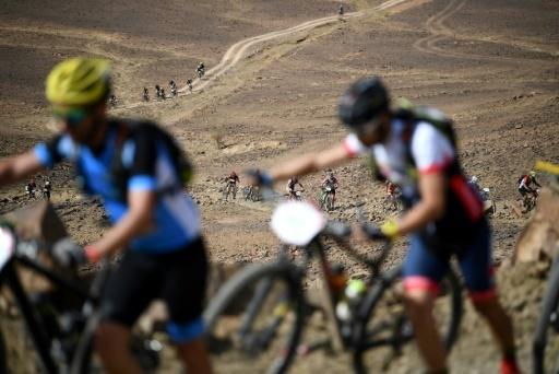 Les concurrents à pied lors de la 6e étape du Titan Desert, entre  Merzouga et Maadid, le 4 mai 2018 © FRANCK FIFE AFP