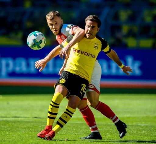 Le milieu allemand de Dortmund, Mario Götze (devant), à la lutte avec son homologue roumain de Mayence, Alexandru Maxim, lors d'un match de Bundesliga, à Dortmund, le 5 mai 2018 © SASCHA SCHUERMANN AFP