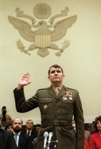 Le lieutenant-colonel Oliver North témoigne sur l'affaire des ventes d'armes illégales à l'Iran devant le Congrès le 9 décembre 1986 © CHRIS WILKINS AFP/Archives
