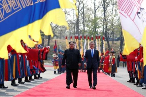 Les leaders nord-coréen et sud-coréen lors d'un sommet historique le 27 avril.  © Korea Summit Press Pool Korea Summit Press Pool/AFP