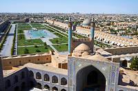 Monumentale. La place Meidan Emam (placede l'Imam), jadis Meidan-e Chah (place royale), l'une des plus grandes aumonde, est bordée d'arcades àdeuxétages. Au premier plan, lamosquée duChah et ses deux minarets; derrière, la coupole de lamosquée du cheikh Lotfollah.