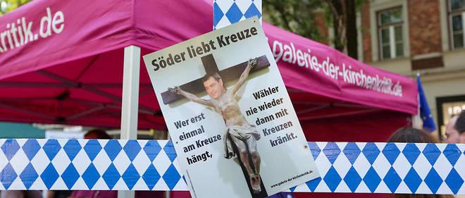 Des opposants à l'obligation de la présence d'un crucifix dans les bâtiments publics bavarois, le 9 mai à Munich.