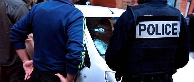 Trois personnes ont été interpellées et placées en garde à vue ce samedi matin pour avoir lancé des projectiles incendiaires sur des policiers.