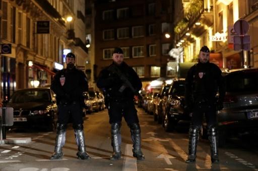 Des policiers bloquant l'accès près du lieu de l'attaque au couteau qui a fait deux morts, dont l'assaillant, et plusieurs blessés, à Paris le 12 mai 2018 © Thomas SAMSON AFP