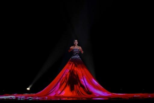 La soprano estonienne Elina Nechayeva et sa robe géante lors de la 63e édition du concours de l'Eurovision, à Lisbonne le 12 mai 2018 © Francisco LEONG AFP