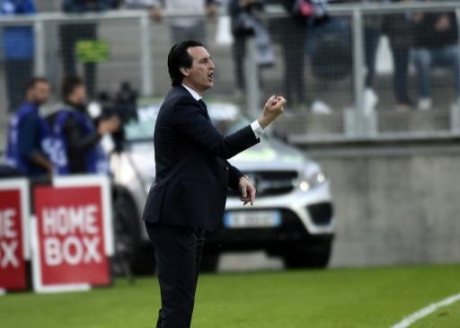 L'entraîneur parisien Unai Emery replace ses joueurs opposés à Amiens au stade de La Licorne, le 4 mai 2018 © FRANCOIS LO PRESTI AFP/Archives