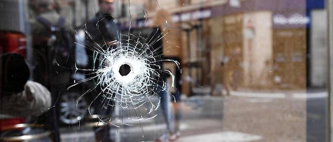 La vitrine d'un café parisien porte les traces de l'attaque terroriste qui a eu lieu samedi soir entre les rues Saint-Augustin et Monsigny, à Paris. Un homme a tué un passant au couteau et en a blessé cinq autres avant d'être abattu par la police.