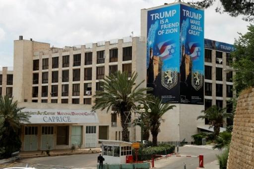 Photo d'une affiche en l'honneur du président américain Donald Trump, à proximité de la nouvelle ambassade américaine de Jérusalem, le 13 mai 2018 © Ahmad GHARABLI AFP