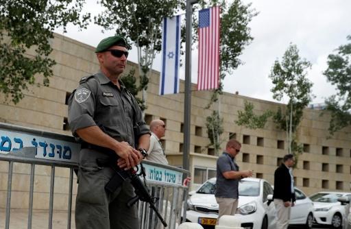Des gardes de sécurité postés le 13 mai 2018 devant le consulat américain à Jérusalem à la veille de l'ouverture de la nouvelle ambassade américaine dans ses murs. © Ahmad GHARABLI AFP