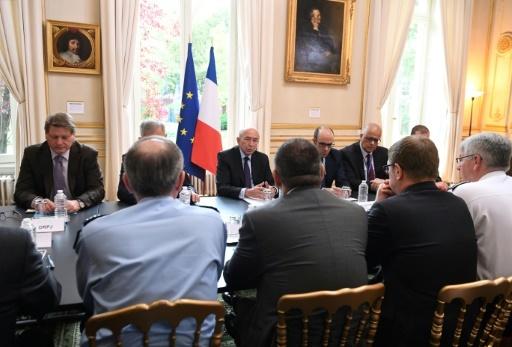 Le ministre de l'Intérieur Gérard Collomb (c) en réunion avec les responsables de son ministère le 13 mai 2018 à Paris après une attaque jihadiste au couteau ayant fait un mort la veille dans la capitale © Eric FEFERBERG AFP