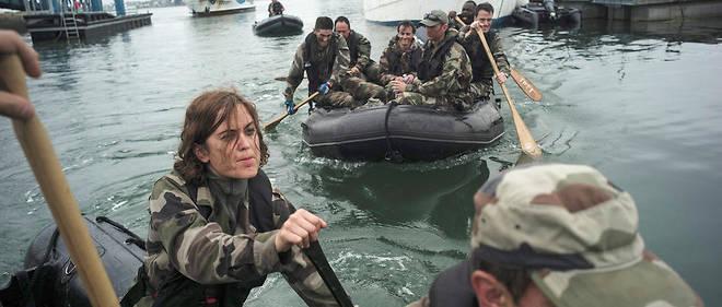 Immersion. Encadrés par les fusiliers marins, Servane et les membres de son escouade rejoignent à la rame l'île Saint-Michel, dans la rade de Lorient, où les stagiaires du Global MBA de Neoma ont établi leur campement.