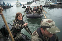 """Immersion. Encadrés par les fusiliers marins, Servane et les membres de son escouade rejoignent à la rame l'île Saint-Michel, dans la rade de Lorient, où les stagiaires du Global MBA de Neoma ont établi leur campement.  ©Edouard Elias pour """"Le Point"""""""