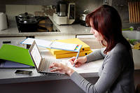 Connexion. Les progrès des techniques de communication ont amélioré la qualité des formations en ligne. Plus interactives, elles répondent mieux aux demandes des élèves.  ©Michel GAILLARD/REA