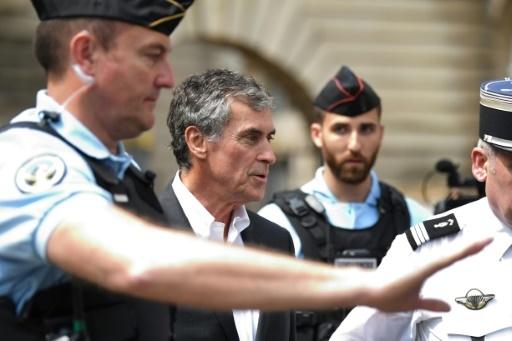 Jérôme Cahuzac quitte la salle de la cour d'appel, encadré par des gendarmes, le 15 mai à Paris © Eric FEFERBERG AFP