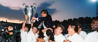 Bernard Tapie fêté par ses joueurs après le sacre en Ligue des champions.  ©THIERRY GARRO