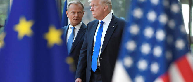 European Council President Donald Tusk (L) speaks to US President Donald Trump (R) as he welcomes him at EU headquarters, as part of the NATO meeting, in Brussels, on May 25, 2017. / AFP PHOTO / EMMANUEL DUNAND