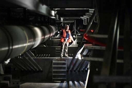 Un employé inspecte l'intérieur du pont qui relie La Rochelle à l'île de Ré, le 16 mai 2018 © XAVIER LEOTY AFP