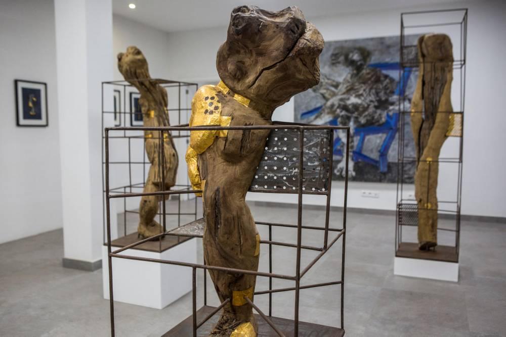 Les travaux de Vincent Michéa et de Sadikou Oukpedjo à la galerie Cécile Fakhoury lors de la 13e Biennale d'art contemporain de Dakar le 4 mai 2018.  ©  Jane Hahn/Panos pour Le Point