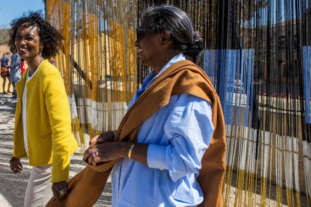 Christiane Falgayrettes-Leveau (Dapper) et Marème Malong (Galerie MAM) sur l'île de Gorée pendant la Biennale de Dakar (13e édition) le 4 mai 2018. ©  Jane Hahn/Panos pour Le Point