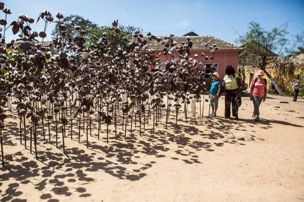 """Installation """"Champ de coton"""" de Soly Cissé sur l'île de Gorée lors de la 13e Biennale d'art contemporain de Dakar le 4 mai 2018. ©  Jane Hahn/Panos pour Le Point"""