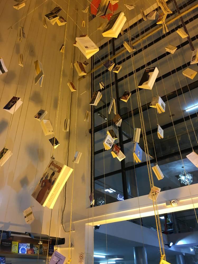 Installation de la librairie des quatre vents dans le Off de la 13e Biennale de Dakar. ©  DR