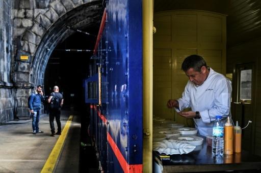 Le chef étoilé Rui Paula prépare le repas à bord du train présidentiel, à Porto au Portugal, le 8 avril 2018 © PATRICIA DE MELO MOREIRA AFP/Archives