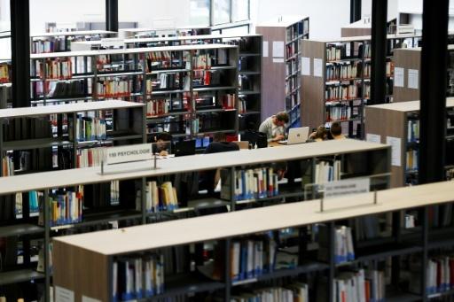 Des étudiants travaillent dans une bibliothèque de la faculté de Mont-Saint-Aignan, près de Rouen, le 11 octobre 2017 © CHARLY TRIBALLEAU AFP/Archives