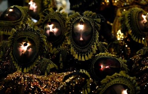 """Dans """"Frôlons"""" du metteur en scène français James Thierrée, la soixantaine de danseurs ne sont ni femmes ni hommes, mais des créatures étranges qui ressemblent à des insectes © GERARD JULIEN AFP"""