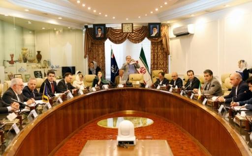 Le commissaire européen à l'Energie Miguel Arias Canete (G) lors d'une réunion avec des responsables iraniens à Téhéran, le 19 mai 2018 © STR AFP