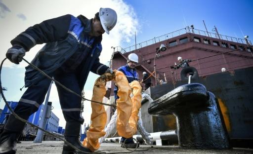Bâti à Saint-Pétersbourg, l'Akademik Lomonossov s'est amarré dans le port de Mourmansk le 19 mai 2018 © Alexander NEMENOV AFP
