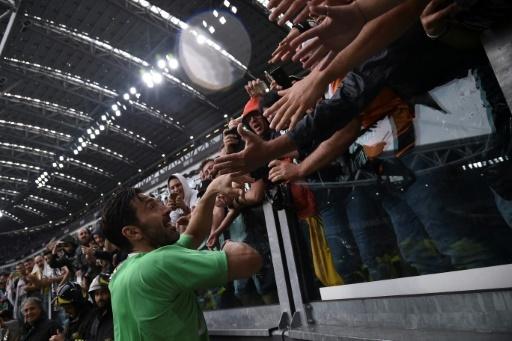 Gianluigi Buffon salué par les supporters pour ses adieux à la Juventus à la fin du match contre Vérone, le 19 mai 2018 à Turin  © Marco BERTORELLO                     AFP