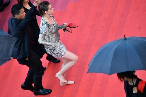 L'actrice américaine et membre du jury Kristen Stewart monte les marches du Palais des Festivals de Cannes pieds nus, le 14 mai 2018 © Alberto PIZZOLI AFP/Archives