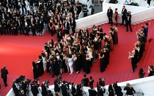 """Cate Blanchett et Agnès Varda, entourées de 80 actrices, productrices, décoratrices, distributrices, pour l'""""égalité salariale"""", à Cannes le 12 mai 2018 © Anne-Christine POUJOULAT AFP"""