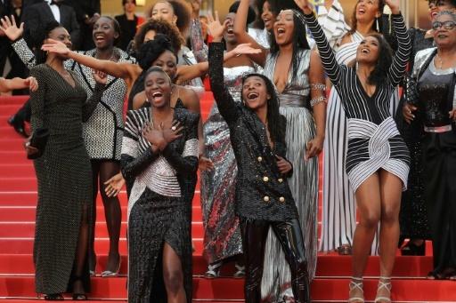 Actrices noires (et mulâtresses) manifestent pour dénoncer leur sous-représentation dans le cinéma en France, à Cannes le 16 mai 2018 © Valery HACHE AFP