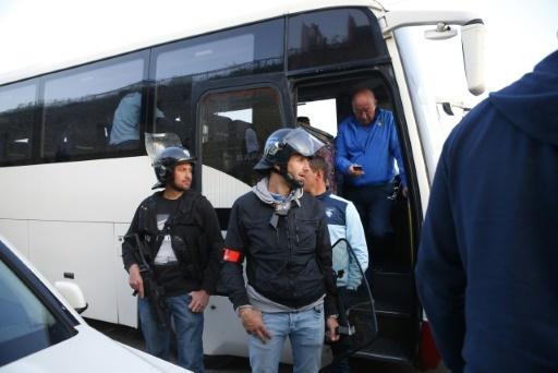 Les policiers assurent la protection du bus des joueurs du Havre bloqué par les supporters ajacciens aux abords du stade d'Ajaccio, le 18 mai 2018  © PASCAL POCHARD-CASABIANCA AFP