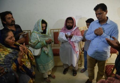 Abdul Aziz et sa famille pleurent la mort de Sabika Sheikh, tuée dans une fusillade aux Etats-Unis. © RIZWAN TABASSUM AFP