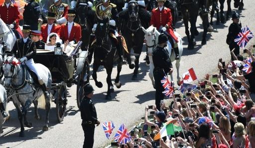 La foule applaudit le passage du cortège du prince Harry et de son épouse Meghan Markle, le 19 mai 2018 à Windsor © EMMANUEL DUNAND AFP