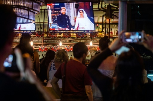Des fans regardent le mariage du Prince Harry et de Meghan Markle, retransmis sur écran géant à Hong Kong le 19 mai 2018  © Philip FONG AFP