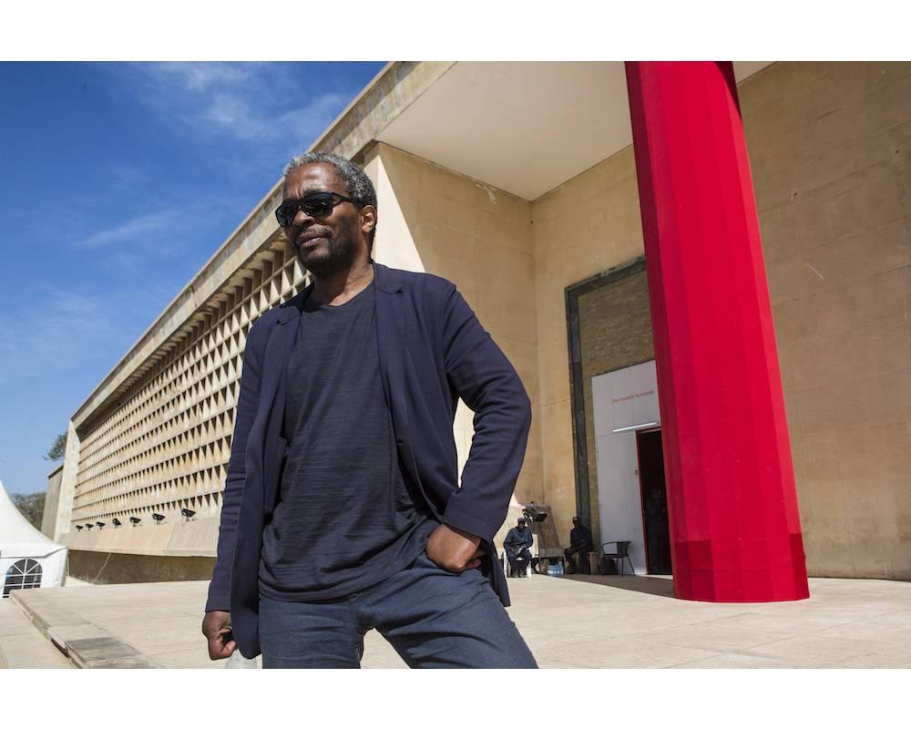 Simon Njami, directeur artistique de la Biennale de Dakar 2018, photographié à Dakar le 5 mai 2018.  ©  Jane Hahn pour Le Point