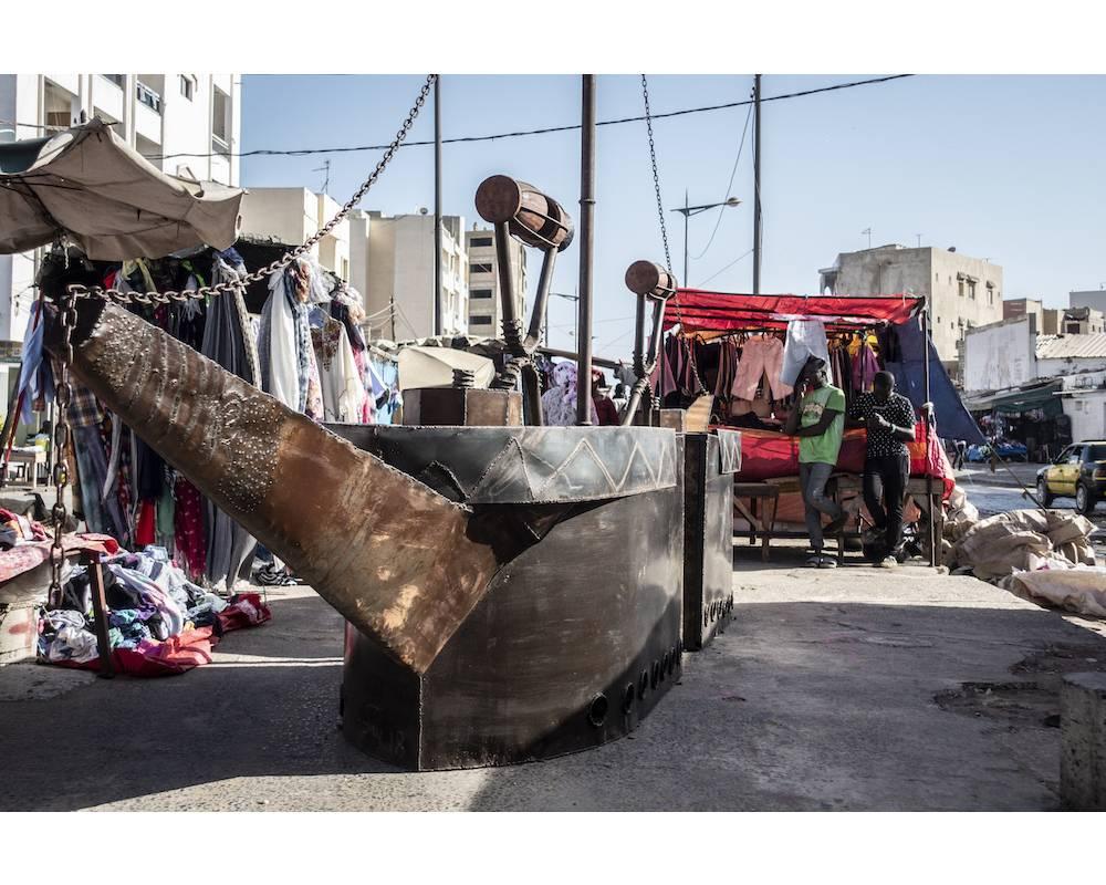 """Le bateau de Moussa Traoré dans le cadre de l'exposition """"Mon super kilomètre / URBI"""" en plein milieu du marché du quartier de la Gueule Tapée, un quartier populaire de Dakar, pendant la biennale de Dakar. ©  Sylvain Cherkaoui/Cosmos"""