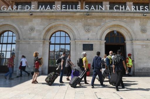 Des voyageurs entrent en gare de Marseille Saint Charles, le 19 mai 2018  © Boris HORVAT                         AFP